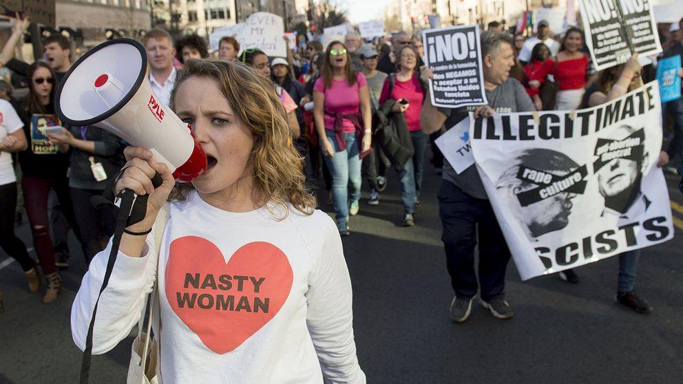 Demonstranter mot Donald Trump i Washington DC under Presidenternas dag.