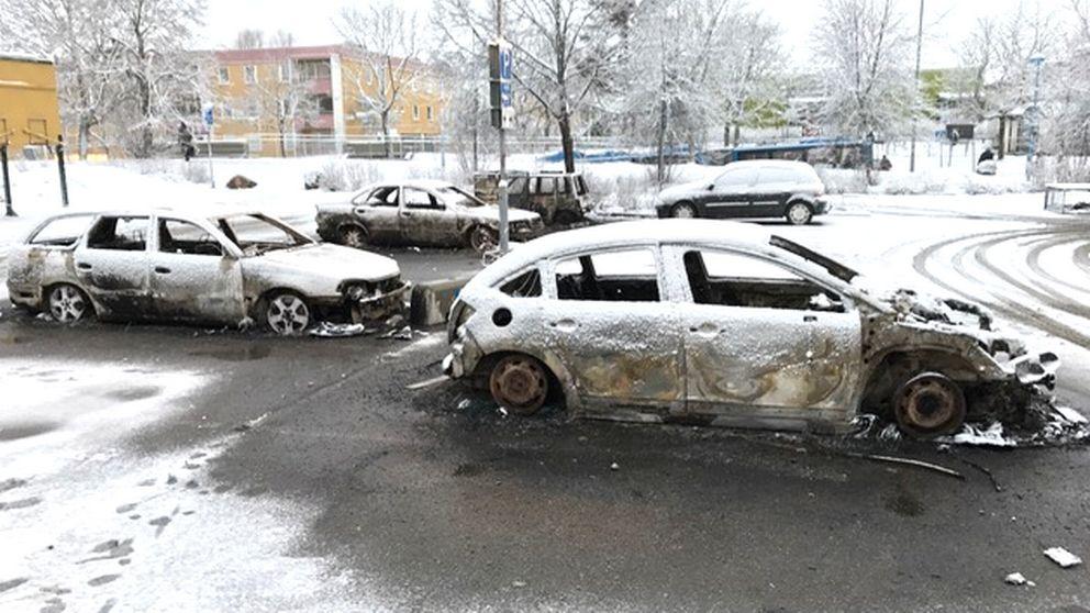 Brända bilar på en parkering, det är snö