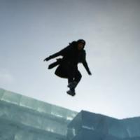 bild kollage: freeerunner artist som utövar extremsport i  den kinesisk isstaden Harbin. drönar bild på del av staden.