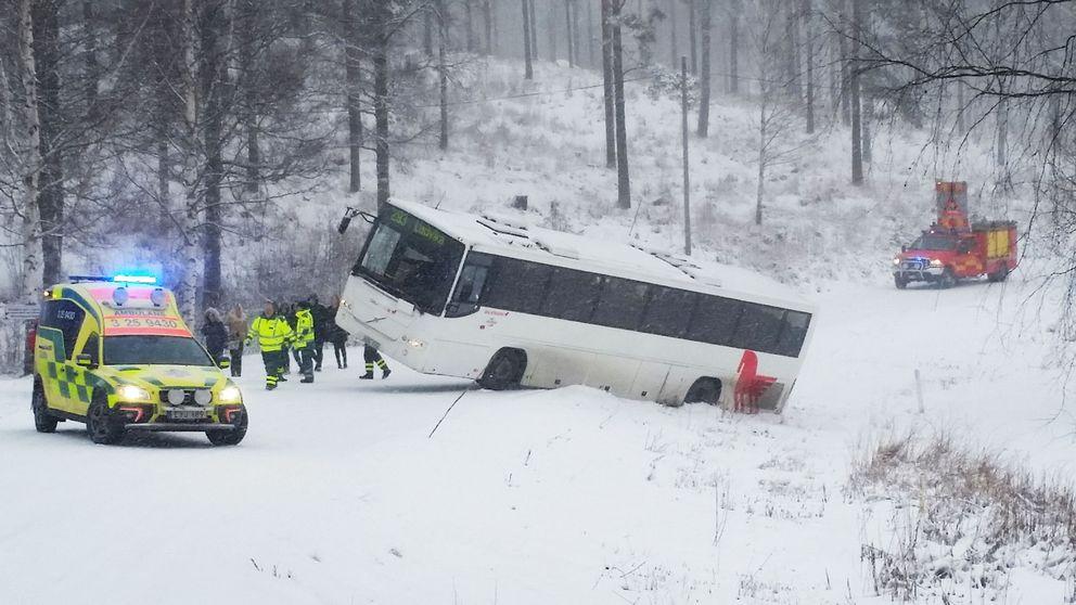 En buss välte i diket med tjugo passagerare på tisdagsmorgonen.