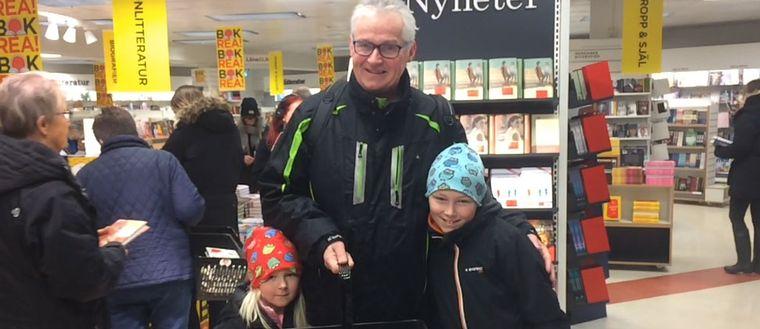 Roland Andersson med barnbarnen Tove och Noa Hjortevik var bland de första in på årets bokrea i Karlskrona.