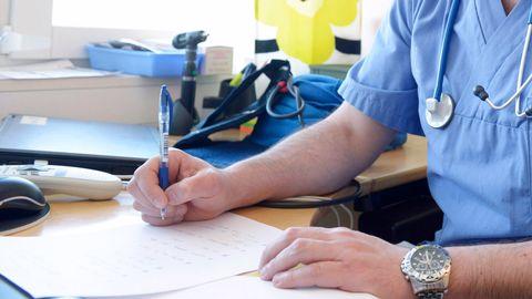 IVO rekommenderar att läkaren ska få behålla sin legitimation under en prövotid på tre år.