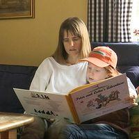 Marita Sandberg undervisar sin dotter hemma i soffan.