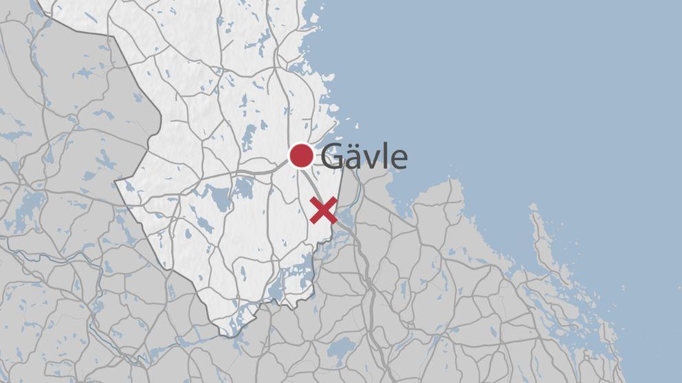En karta över delar av Gävleborg där olycksplatsen är markerad ett rött kryss.