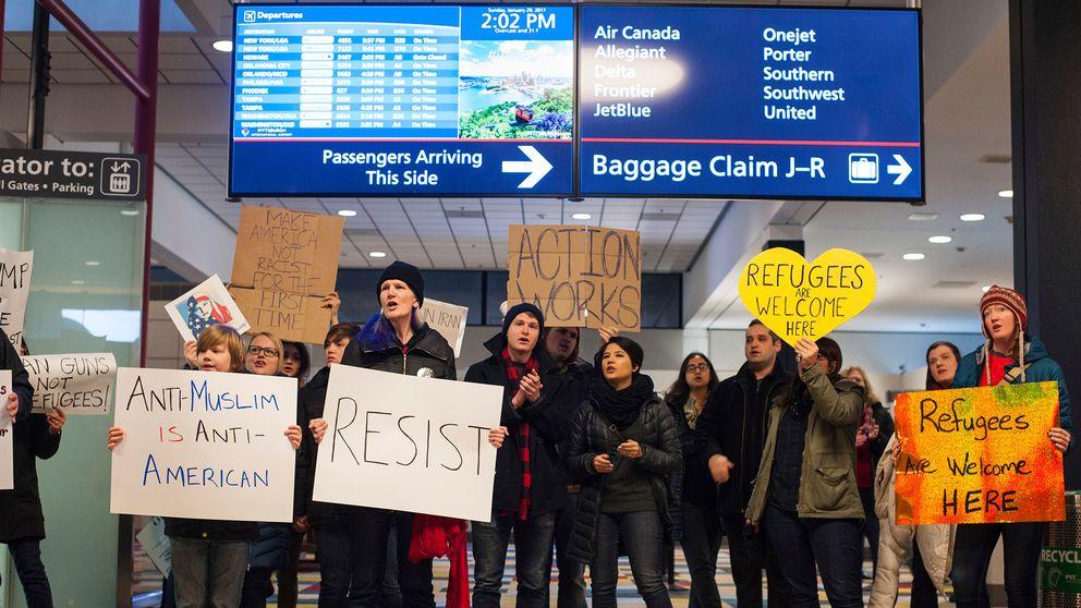 Människor protesterar mot Trumps första inreseförbud på Pittsburghs intrenationella flygplats den 29 januari.
