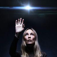 Moa Gammel är programledare och regissör i en ny podcast om ufo-mysterier.
