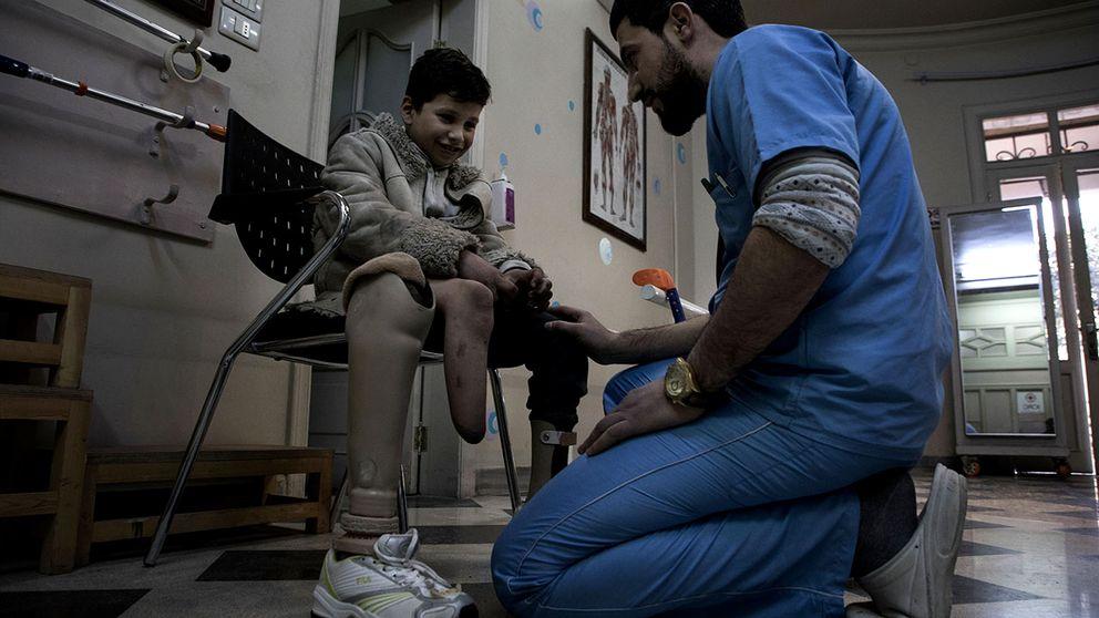 Ahmad pratar med sin läkare om vad som känns bra och dåligt med den nya protesen som han fått. Den skaver lite, och de justerar den till det bättre.