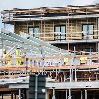 Byggarbetare vid bygge av flerbostadshus.