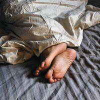 Pojke i säng
