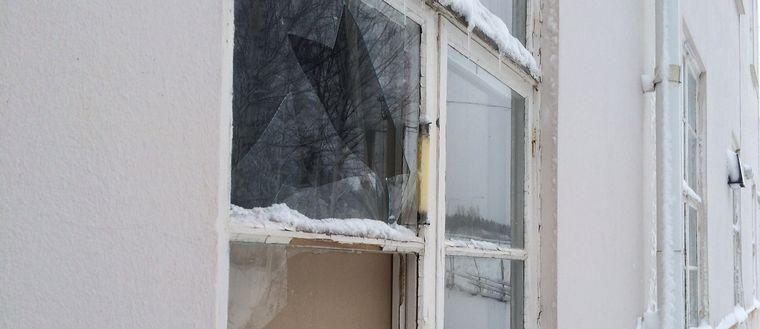 Trasig fönsterruta, lagad med spånskiva