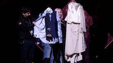 Sara Vargas och Juha Mularis scenkldäer visas upp.