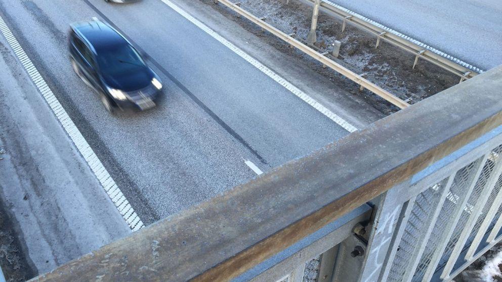 En bil som kör under gångbron mot Oxhagen