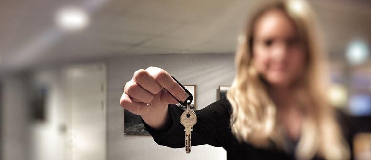 lämnar över en nyckel