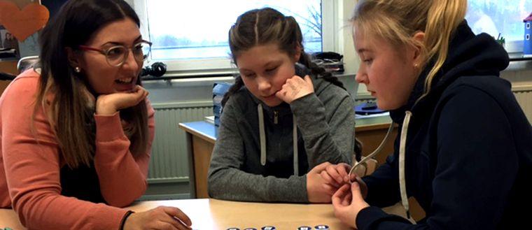 Katariina Uurasjärvi med elever.
