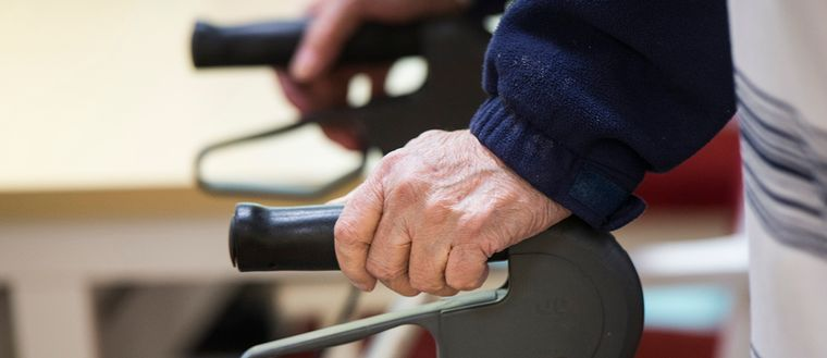 """Polisens särskilda grupp för åldringsbrott utreder flera fall av """"falska läkare"""" som lurat äldre på pengar."""