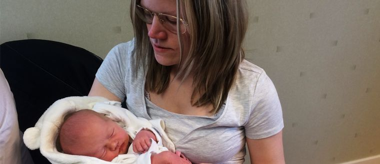 Bild på bäbisen och mamman