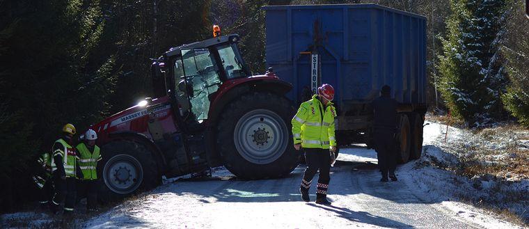 Traktorn hamnade mitt på vägen efter olyckan och fick bärgas.