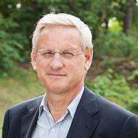 Carl Bildt hyllar Sverige – och uppmanar Donald Trump att hoppa över en golfweekend och besöka Sverige istället.