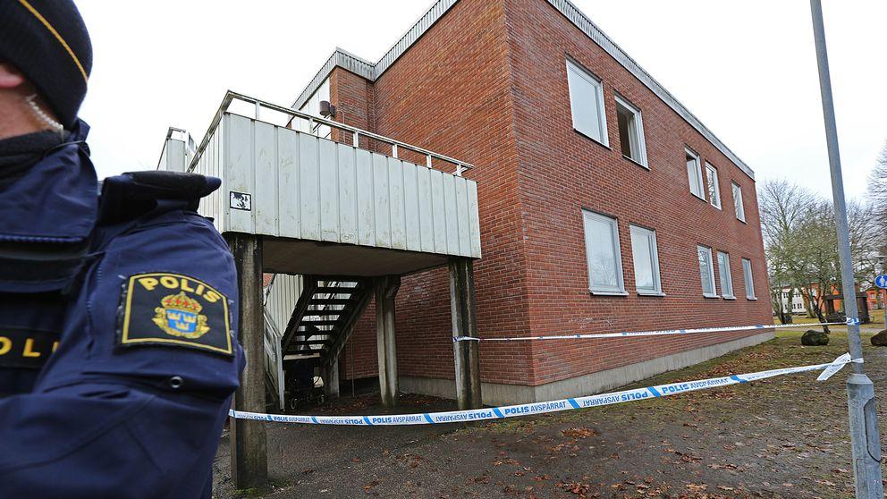 Två personer hoppade ut genom ett fönster för att undvika röken. De fick föras till sjukhus med ambulans.