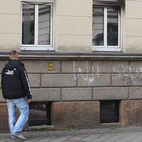 """""""Wir sagen Nein!"""" – """"Vi säger nej!"""", står det skrivet med vit sprejfärg på den brandhärjade byggnaden som varit planerad att användas som asylboende. Leipzig, Tyskland, 2015."""