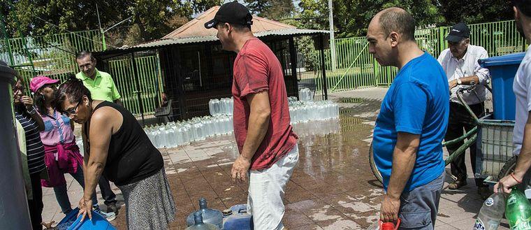 Människor som fyller vattendunkar