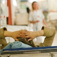 Svensk sjukvård har fortsatt stora problem med överbeläggningar och personalbrist, konstaterar Ivo.