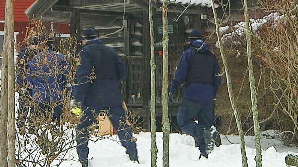 En polis sköt en person i benet efter att denne skjutit omkring sig i en bostad i Falun.