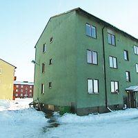 en gul och en grön hyreshuslänga i Fredriksberg. Byggnaderna har tjänat som asylboende.