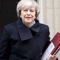 Premiärminister Theresa May utanför 10 Downing street.