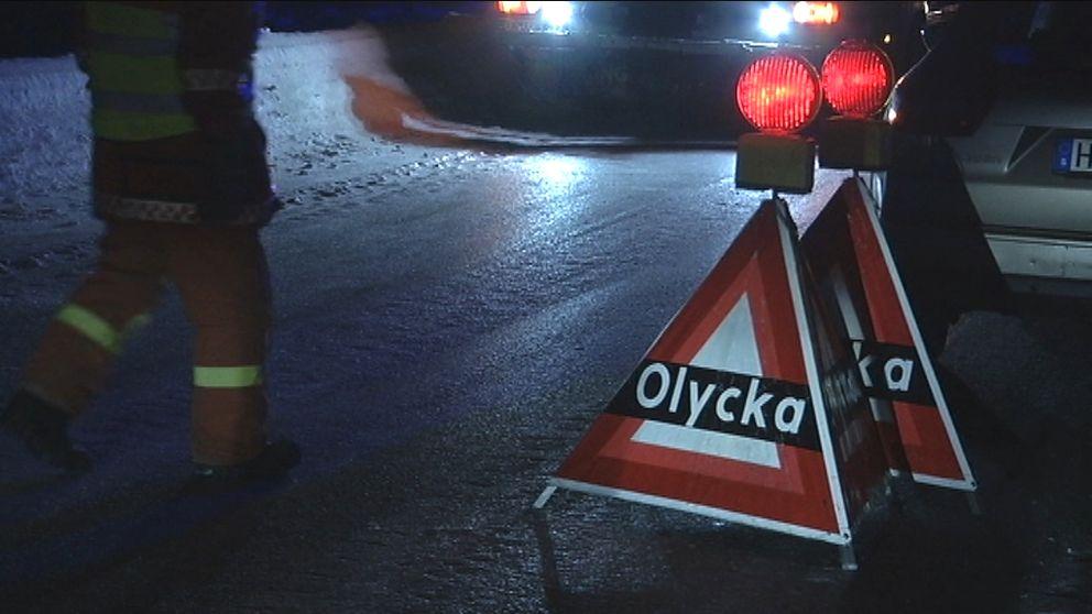 Räddningstjänstpersonal  på väg fram till bilolycka