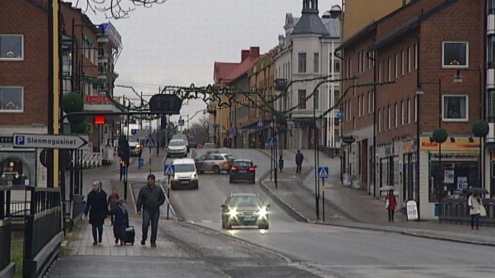 Säffle centrum med trafik och folk i ett grått väder