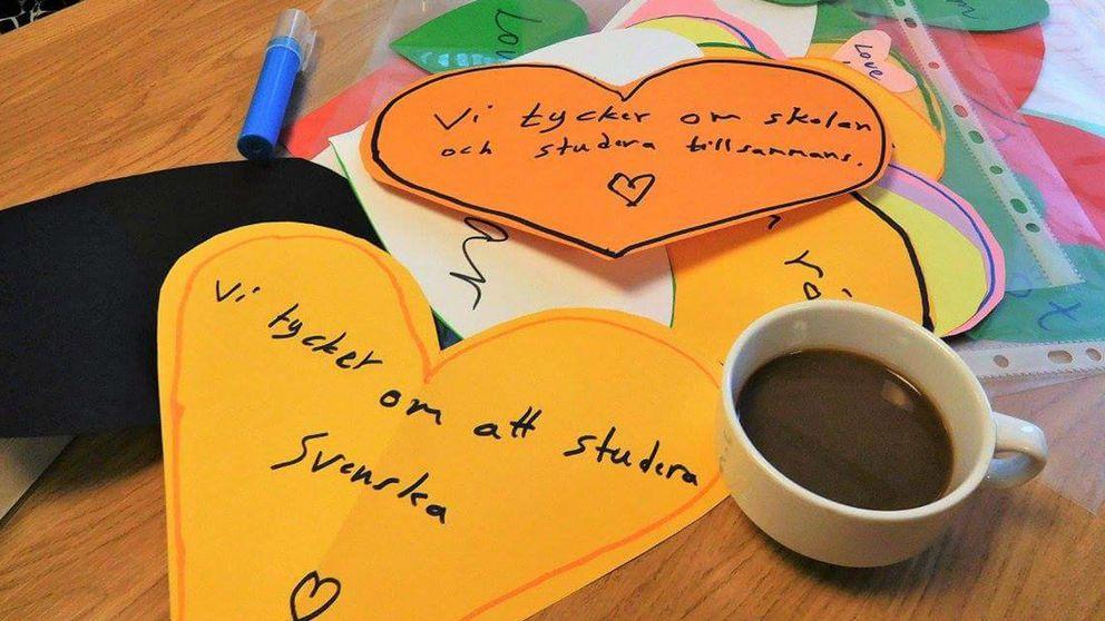 """Efter att det har satts upp rasistiska lappar på Komvux i Burlöv svarar nu nätverket """"Tillsammans i Burlöv"""" med att kärleksbomba med hjärtan."""