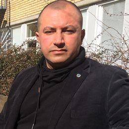 Ahad Nobakhti och en genrebild på en polislogga.