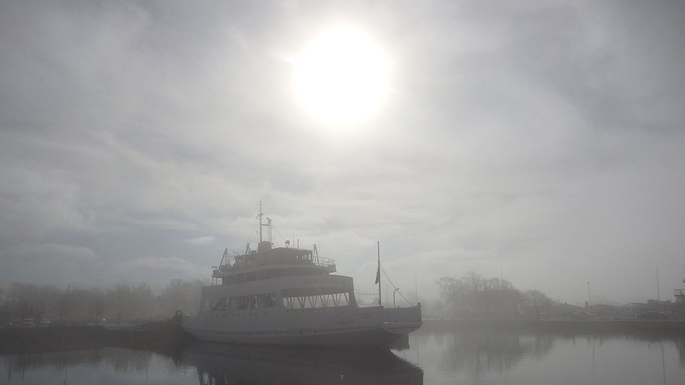 Söndagsmorgonen från Färjestaden på Öland. Dimman gav med sig så småningom. Men vackert.