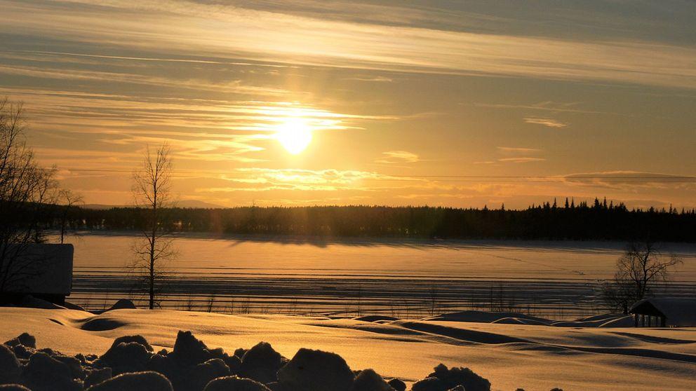Kvällssol över Mustaniemenjärvi i Junosuando Norrbotten 12 mars