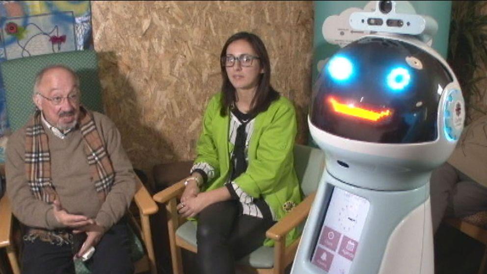 Andre Antunes och ingenjören Ana Santos tillsammans med roboten Hugo.