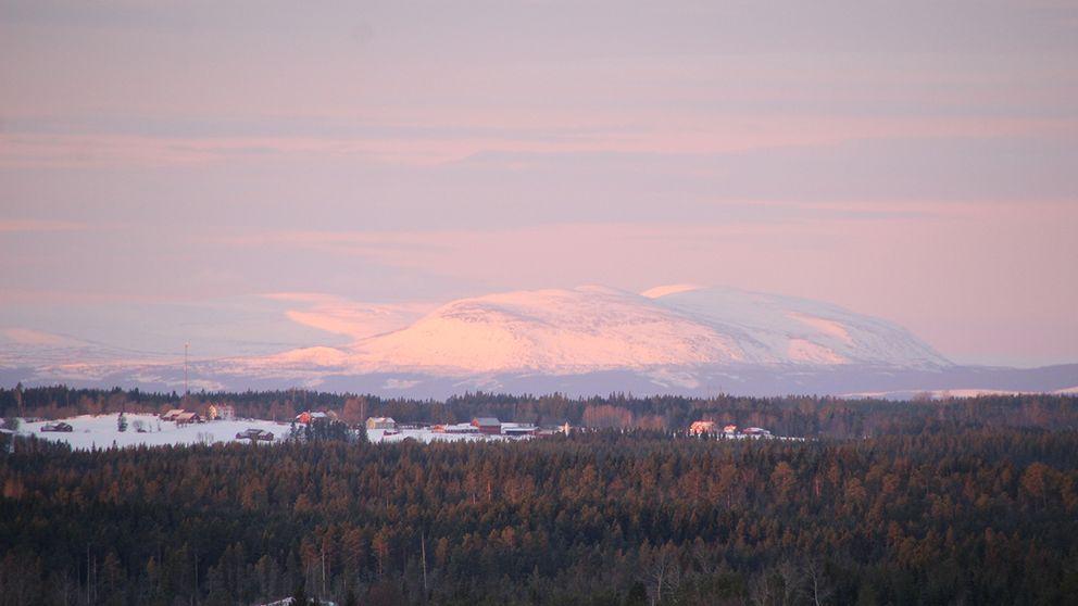 Rosa morgon över Oviksfjällen Jämtland