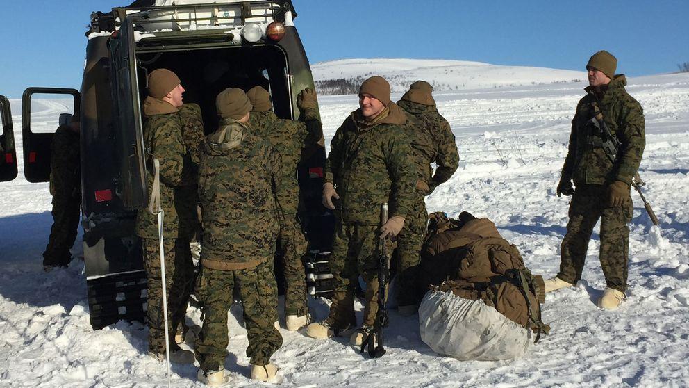 Soldater vid en bil