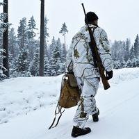 Jägare i vinterlandskap