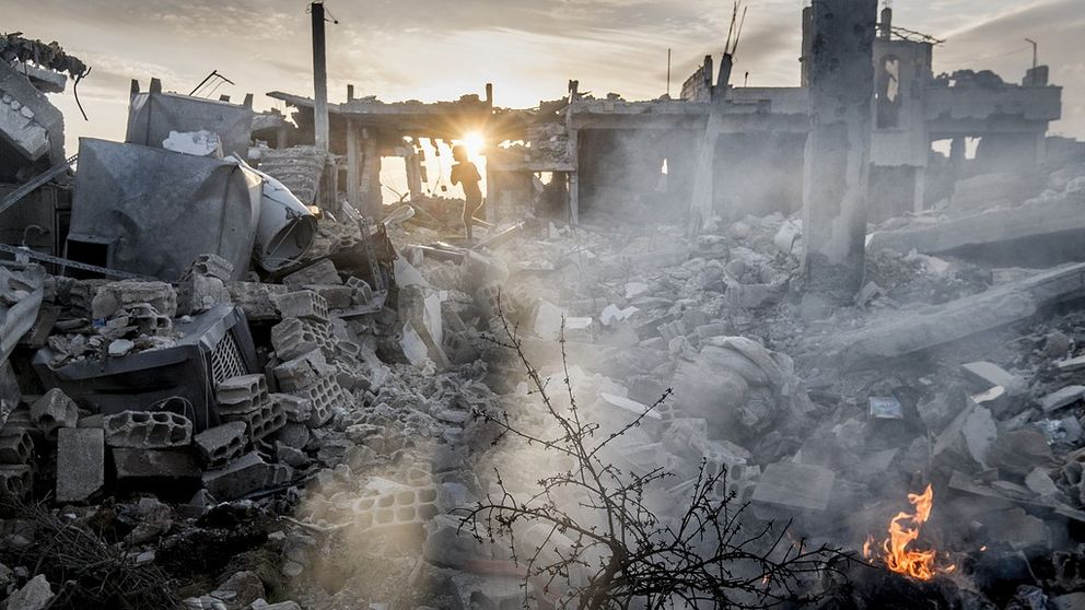 Barn leker i ruinerna i Kobane i Kurdistan, Syrien. I september 2014 gick Islamiska staten, IS, till attack mot Kobane. De blev undanpressade i januari av styrkor från kurdiska YPG, Fria syriska armén och den USA-ledda koalitionens bombningar. Foto: Magnus Hjalmarson Neideman / SvD / TT / Kod 10078 ** OUT DN och Dagens Industri (även arkiv) och Metro **