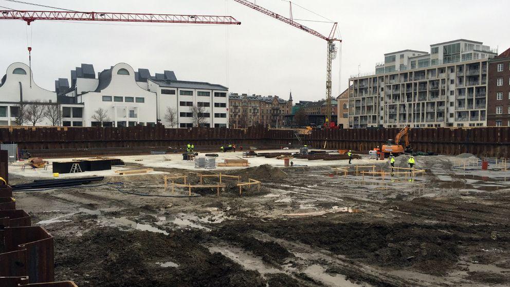 Just nu är det mest en stor grop med vattenpölar på området som snart ska bli ett av de mest attraktiva bostadsområdena i Helsingborg med bara några meter till hamnbassängen.