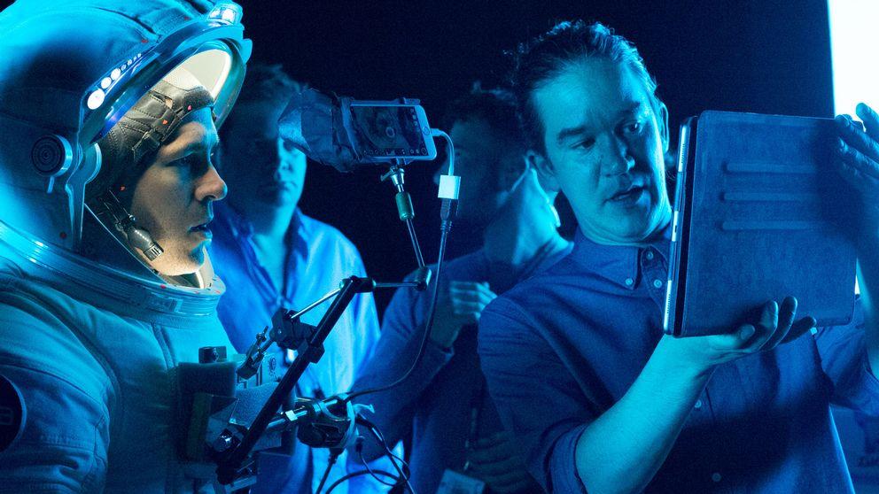 Regissören Daniel Espinosa (till höger) i inspelningsstudion för Life tillsammans med skådespelaren Ryan Reynolds (till vänster).