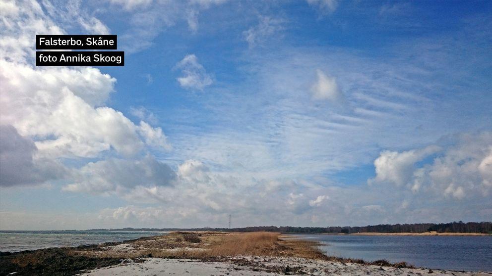Sol varvat med moln och mycket blåsigt på Falsterbo skjutfält idag. 9 grader