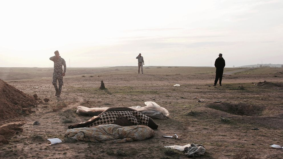 Arkivbild från 15 februari 2017. Irakiska styrkor vid en massgrav utanför Mosul.