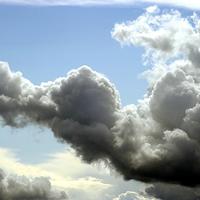 På bilden syns stora vitagrå moln