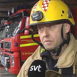 Brandman, brandhjälm på huvudet.