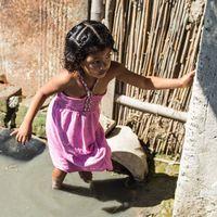 Tvådelad bild: En liten flicka går i en översvämning och hus som är översvämmade