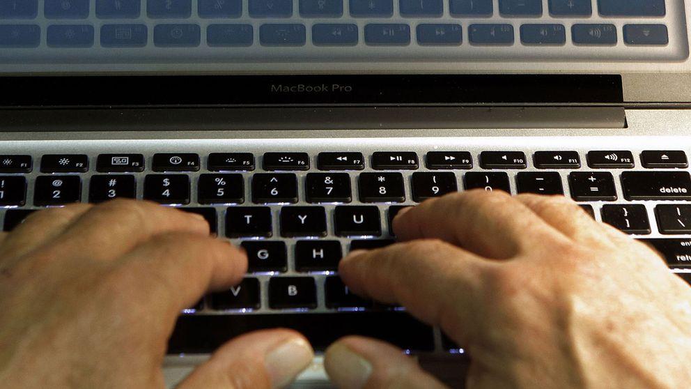 Händer på tangentbord.