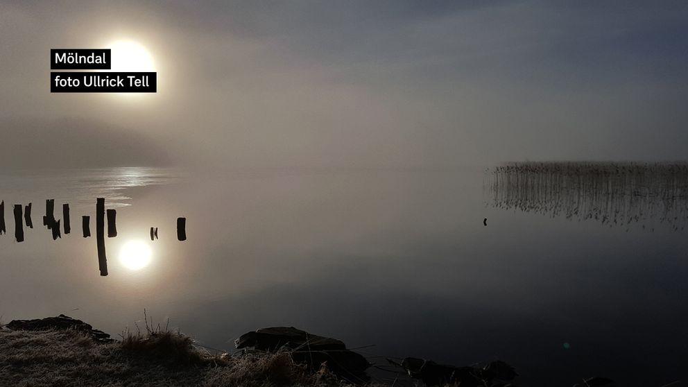 Stensjön i Mölndal Torsdag 23/3 När jag väljer att ta cykeln till jobbet passerar jag Stensjön och ett par dagar per år när det närmar sig vår så går solen upp bakom dimman och känslan är helt magisk.