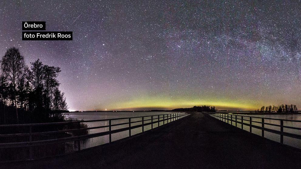 Vintergatan och norrsken. Örebro på onsdags kvällen vid Hjälmarens strand